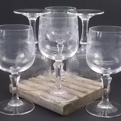 """Verre à vin """"Matignon"""" en Cristal trempé. Décors gravé en relief de motif floral. De la Cristallerie d' Arques"""