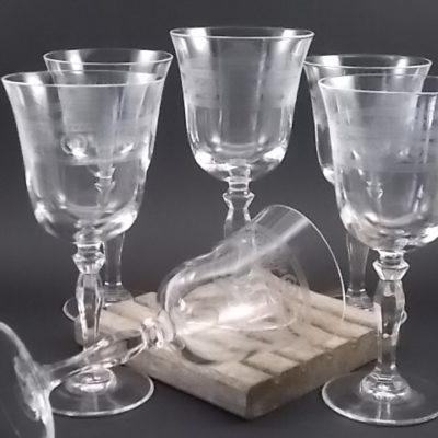 Verre à vin Tulipe ouvert en cristal gravé, décors d'une large frise et d'un pied balustre.