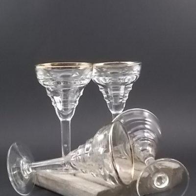 Verre de Bistro, en verre épais. De forme conique en cascade avec liseré dorée.