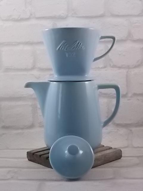 Verseuse et porte filtre 102, en céramique Bleu pastel. Verseuse à café contenance 0.6 l. Filtre à trois trous d'écoulement. De la marque Melitta.