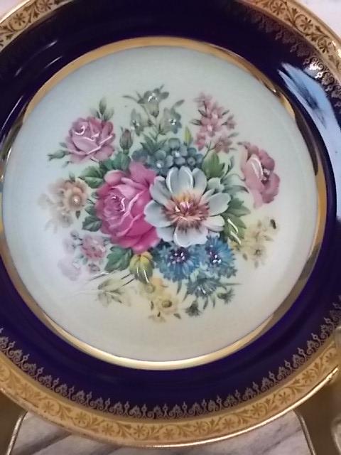 """Assiette Floral du décorateur """"Lemaire"""" Limoges. En porcelaine, motif """"Bouquet fleuri"""" rehaussé main. Bordure """"Bleu de Four"""" et frise double Dorure"""