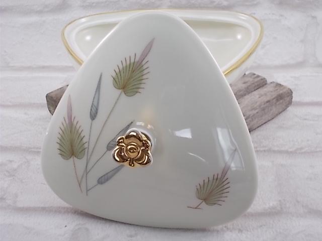 """Boite tripode en porcelaine de forme triangulaire, rehaussé de dorure et motif floral stylisé, de la maison """"Eschenbach"""""""