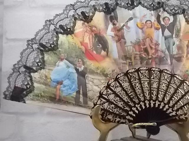 Éventail Andalous, Année 70, corps plastique laqué Noir gravure comblé peinture Doré,tissu imprimé et dentelle