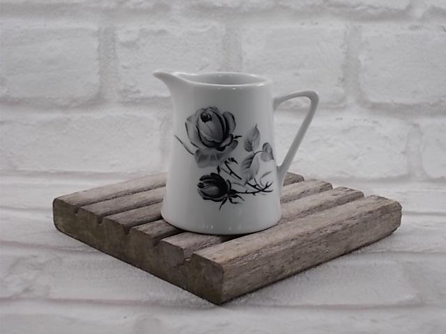 """Pot à Lait """"Amour"""" de """"Vercor"""" N°30 en Porcelaine Blanche motif floral """"Roses Noires"""" dégradées de Gris, liseré Doré sur la anse"""