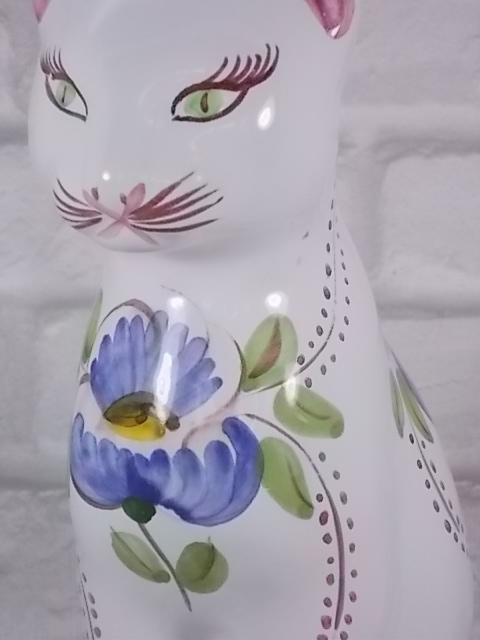 """Chat assis """"Quimper"""" faience Blanche décors floral Bleu feuillage Vert et Marron"""