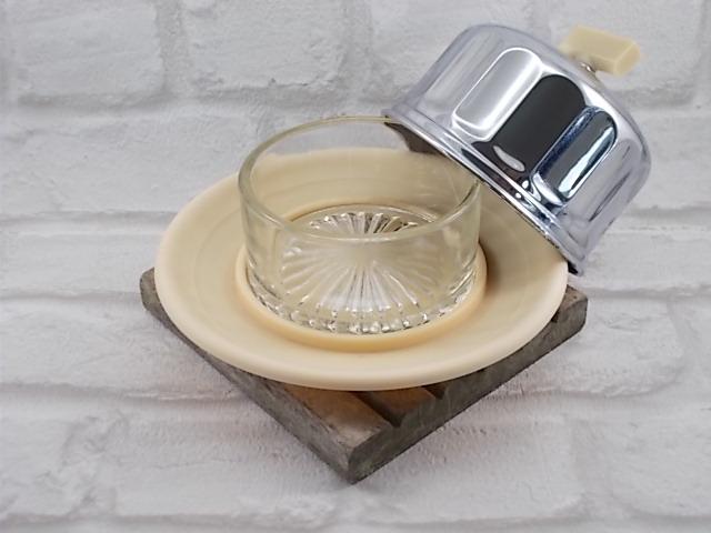 Beurrier cloche métal chromé tour à facette, assiette et boton en bakélite crème, ravier en verre moulé fond rosace striée