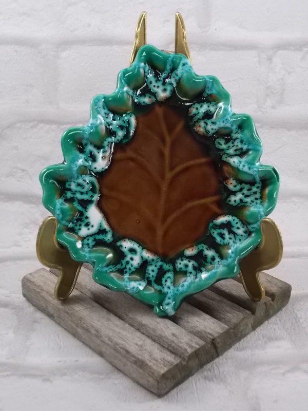 """Céramique en forme de """"Feuille"""" de la maison """"F.P.P Vallauris"""", Marron bordé de Vert, rehaussé émulsion Blanche"""