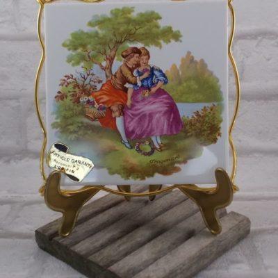 """Repose plat faïence """"Villeroy & Boch"""" de la Ferté Gaucher, décors """"Scène Romantique de Fragonard"""" cerclé métal recouvert Or Fin"""