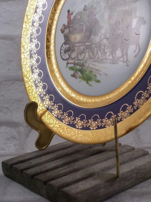 """Assiette décorative en porcelaine, véritable Bleu de Four de """"Limoges France"""", décor """"Voyage en Diligence"""" rehaussé main, frise double Dorure"""