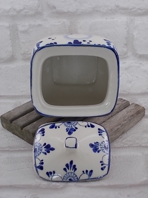 """Boite décorative peint à la main motif """"Village et Moulin"""" Bleu fond Blanc"""
