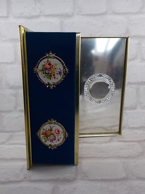 """Boite métal à chocolat de """"Bouquet d'Or"""" modèle """"Médaillon"""" Floral recouvert velours Bleu"""