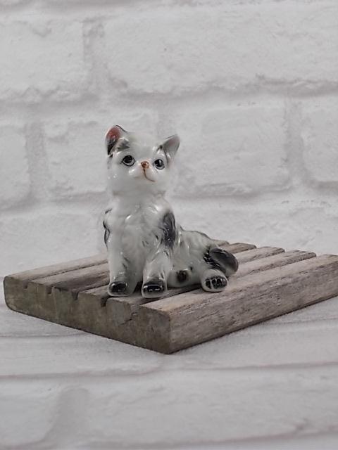 """Chat """"Noir et Blanc"""" à poils long en céramique de Vaga International, de couleur Blanc, Gris et Noir, en posture assis"""