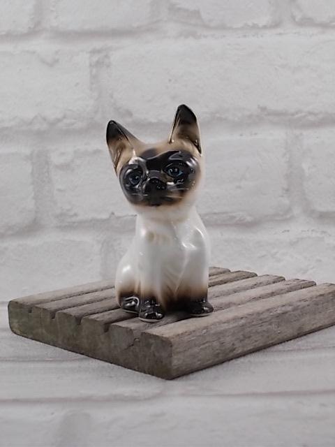 Chat Siamois en céramique de Vaga International, de couleur Marron, Beige et Écru et les yeux bleus, en posture assis