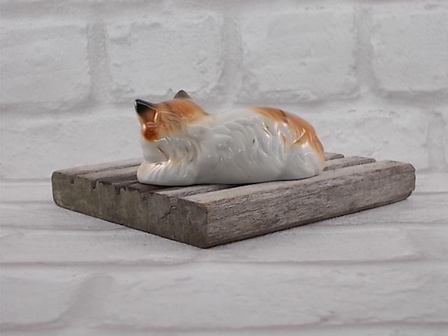 Chat Tigré en céramique de Vaga International, de couleur Marron, Roux et Écru, en posture couché