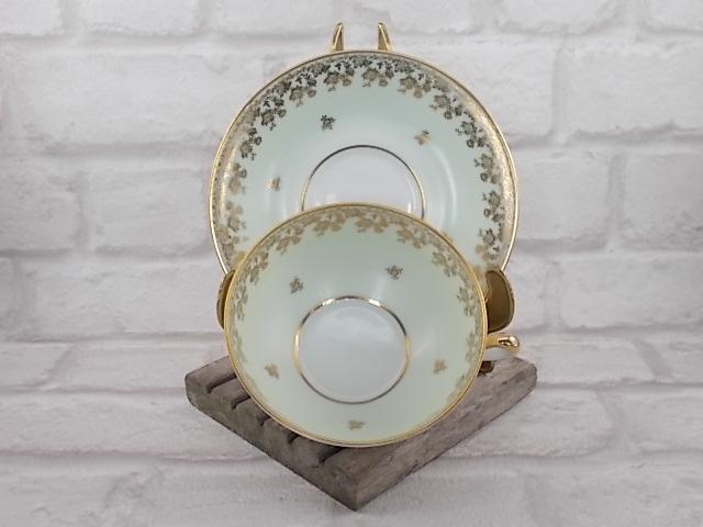 """Ensemble à déjeuner en porcelaine d'Art de Limoges France, du décorateur """"René Caire"""". Porcelaine Vert Amande motif frise floral en dorure"""