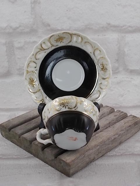 """Ensemble tasse made in """"Occupied Japan"""", en porcelaine fine Blanche. Décors bordure Ivoire en relief et ajouré avec dorure. Intérieur Noir satiné"""