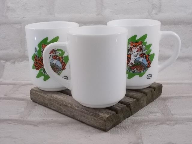 """Mugs """"Esso"""" d' """"Arcopal"""" en verre opale, agrémenté d'un motif sérigraphié """"Tigre"""", de la Cristallerie d'Arques"""