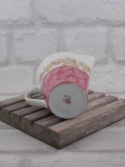 """Service à café """"Chodziez"""" de 9 pièces, en porcelaine Blanche de forme conique. Motif """"Nacre"""" en dégradé de Rose, motif """"Vigne"""" et rehausse en dorure."""